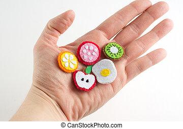 fatto mano, giocattolo, in, il, forma, di, frutte, e, cibo, fatto, di, feltro, teso, su, uno, palm., primo piano, di, arti, con, ricamo, in, mano