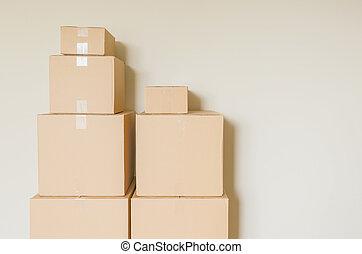 fatto valigie, spostamento, scatole, in, stanza vuota