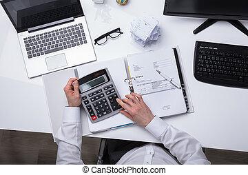 fattura, businessperson, elevato, calcolatore, vista