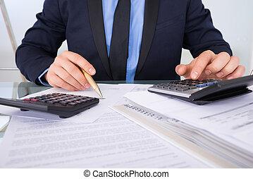 faturas, homem negócios, calculando