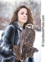 faucon, portrait femme
