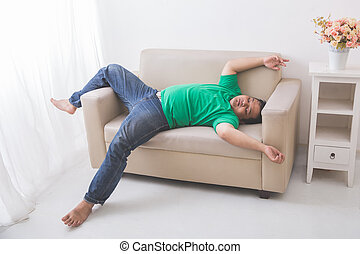 faule kerl dicker couch einige entfernt sitzen bergewichtige uhr couch tv hand. Black Bedroom Furniture Sets. Home Design Ideas