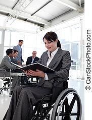 fauteuil roulant, femme affaires, rapport, lecture