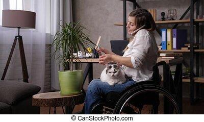 fauteuil roulant, femme, bureau, télétravail, maison