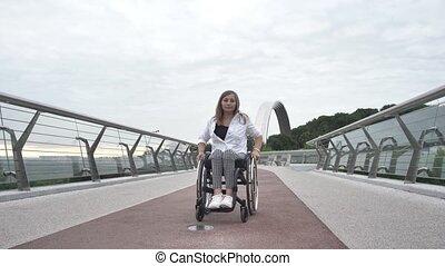 fauteuil roulant, femme, passerelle, long, équitation, ...