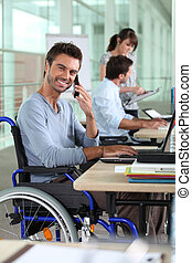 fauteuil roulant, homme, bureau fonctionnant, sourire