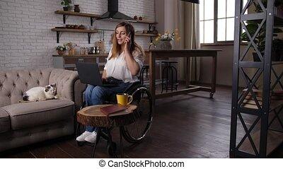 fauteuil roulant, maison, femme, télétravail, handicapé