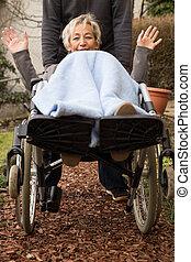 fauteuil roulant, personne âgée femme, adulte