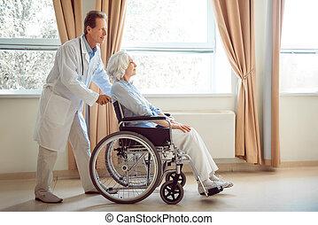 fauteuil roulant, personne âgée femme, elle, docteur