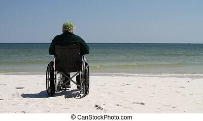 fauteuil roulant, plage, homme