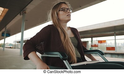 fauteuil roulant, train, attente, jeune femme, handicapé