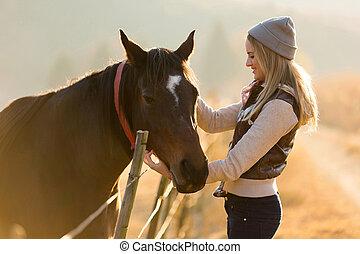 fazenda, cavalo, mulher, acariciar