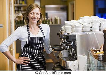fazendo café, mulher sorri, restaurante