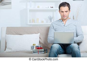 fazendo compras online, homem, presente