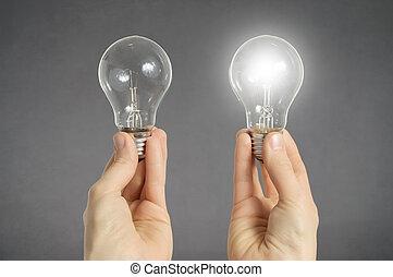 fazer decisão, conceito, mãos, com, lâmpadas incandescentes