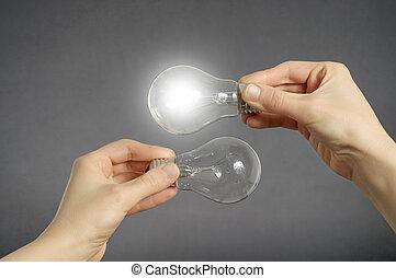 fazer decisão, conceito, mãos, com, luz, bulbs.