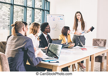 fazer, gesticule, escritório, mulher, escutar, dela, bonito, decisions., enquanto, sentando, algo, sorrizo, tabela, discutir, coworkers, jovem, grande