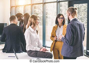 fazer, seu, gesticule, falando, bonito, homem, decisions., enquanto, algo, sorrizo, discutir, coworkers, duas mulheres, fundo, jovem, grande