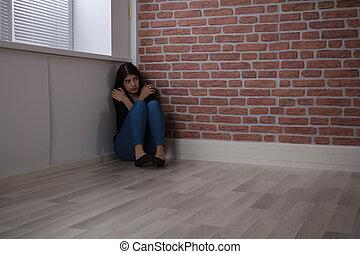 feared, woman ül, képben látható, a, sarok