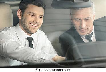 features., 私, すべて, 特徴, 古典的な 車, 提示, ショー, 若い, 席, クライアント, そうさせられた, モデル, 前部, あなた, セールスマン, ハンサム