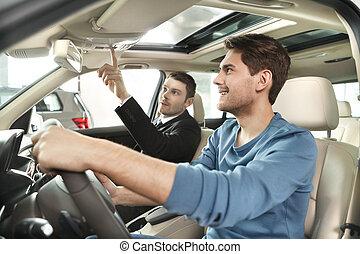 features., 顧客, すべて, 加えられた, 特徴, これ, 自動車, 提示, 若い, モデル, セールスマン, 来る, ハンサム
