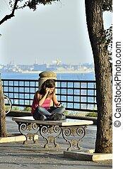 Febbre da telefonino - Una ragazza in conversazione...