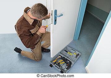 fechadura, afixando, carpinteiro, chave fenda