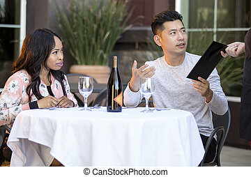 fechando, pareja, cuenta que paga, y, punta, propina, en, un, restaurante