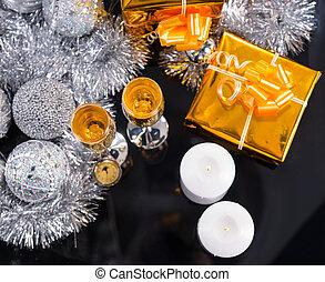feestelijk, champagne, en, kaarsjes, met, gouden, kadootjes