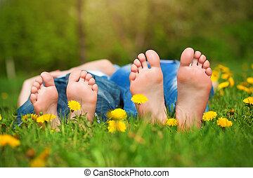 feet on grass. Family picnic in green park - Children's feet...