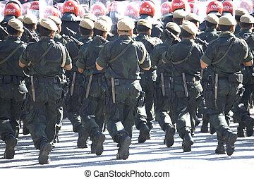 fegyveres, rendőrség, menetelés