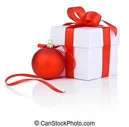 fehér, boxs, bekötött, noha, egy, piros, satin szalag, íj, és, christmas labda, elszigetelt, white, háttér