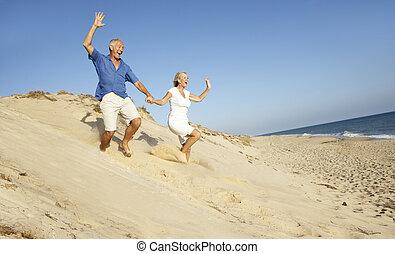 feiertag, paar, düne, unten, rennender , älter, genießen,...