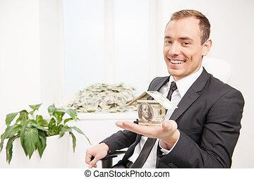 feito, dinheiro, rico, jovem, enquanto, moeda corrente, janela, papel, man., segurando, casa, homem, peitoril, pilha, mentindo, feliz