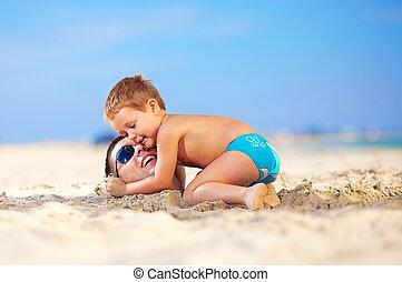 fej, szelíden, ölelgetés, atya, homok, kölyök, tengerpart, ...