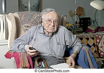 fejhallgató, idősebb ember, dívány, bábu ül