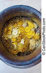 fejka, guld, och, silver, mynter, in, lergods, kruka