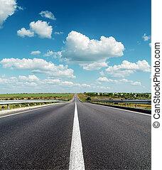 fekete, aszfalt út, fordíts, horizont, alatt, mély, kék, cloudy ég