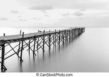 fekete-fehér, fotográfia, közül, egy, tengerpart, wooden...