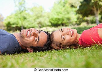 fekszik, fej, felé, két, látszó, időz, ők, mosolygós, fű,...