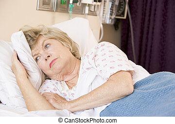 fekvő, kórház, nő, idősebb ember, ágy