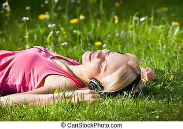 fekvő, nő, zene, fű, kihallgatás
