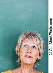 feláll ellen, látszó, figyelmes, chalkboard, idősebb ember, tanár