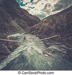 felülnézet, közül, woman van, képben látható, a, függőhíd, felett, egy, vad, hegy, river.