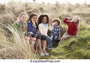 Feld, Gruppe, spielende, zusammen, Kinder
