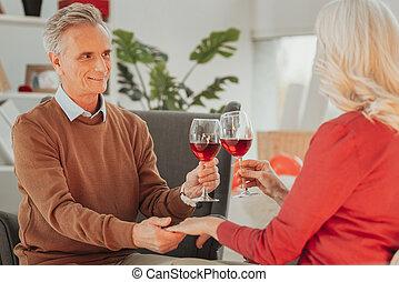 feleség, öregedő, hatalom kezezés, ivás, boldog, férj, bor