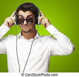 felett, fejhallgató, fiatal, zene hallgat, használ, portré, zöld, ember