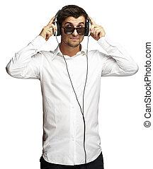 felett, fejhallgató, fiatal, zene hallgat, portré, használ, fehér, ember