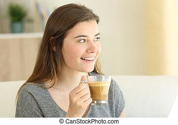 felice, adolescente, caffè bevente, con, latte, guardando, lato