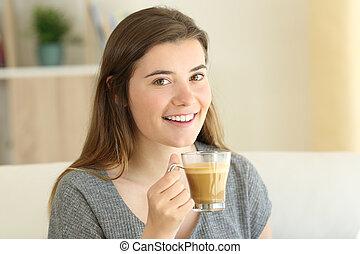 felice, adolescente, presa a terra, uno, caffè, con, latte, guardando, lei